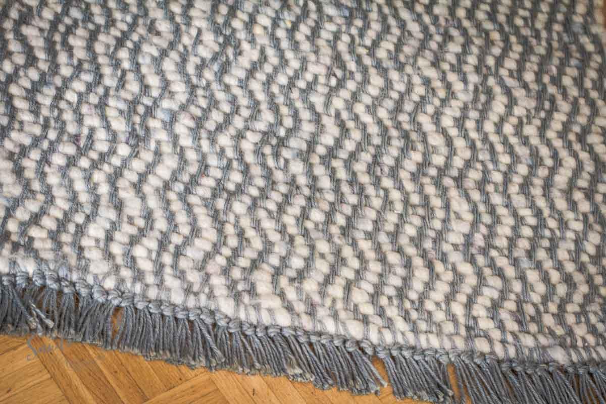 Sandra Dirks - Schafwollteppich mit blauer Jutekette