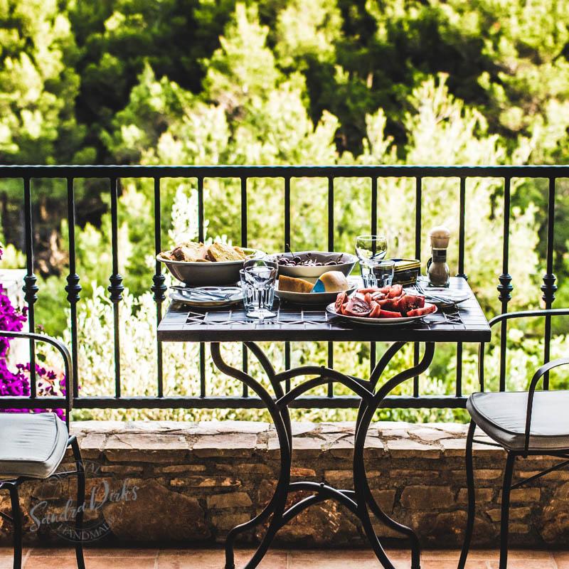 Sandra Dirks - Tisch mit Abendessen auf dem Balkon
