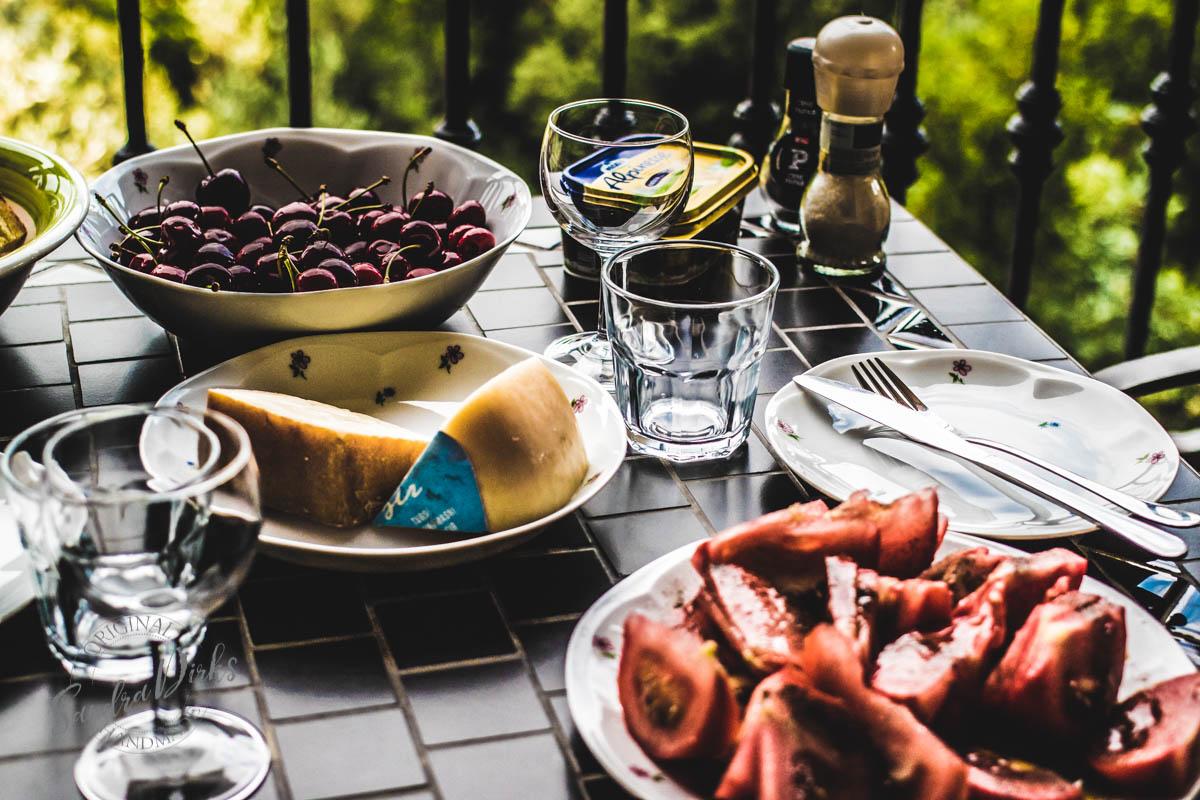 Sandra Dirks - Tisch mit Abendessen auf dem Balkon Detail