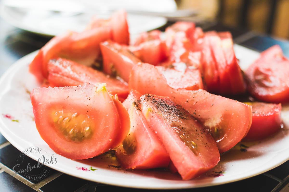 Sandra Dirks - Tisch mit Abendessen auf dem Balkon Tomaten