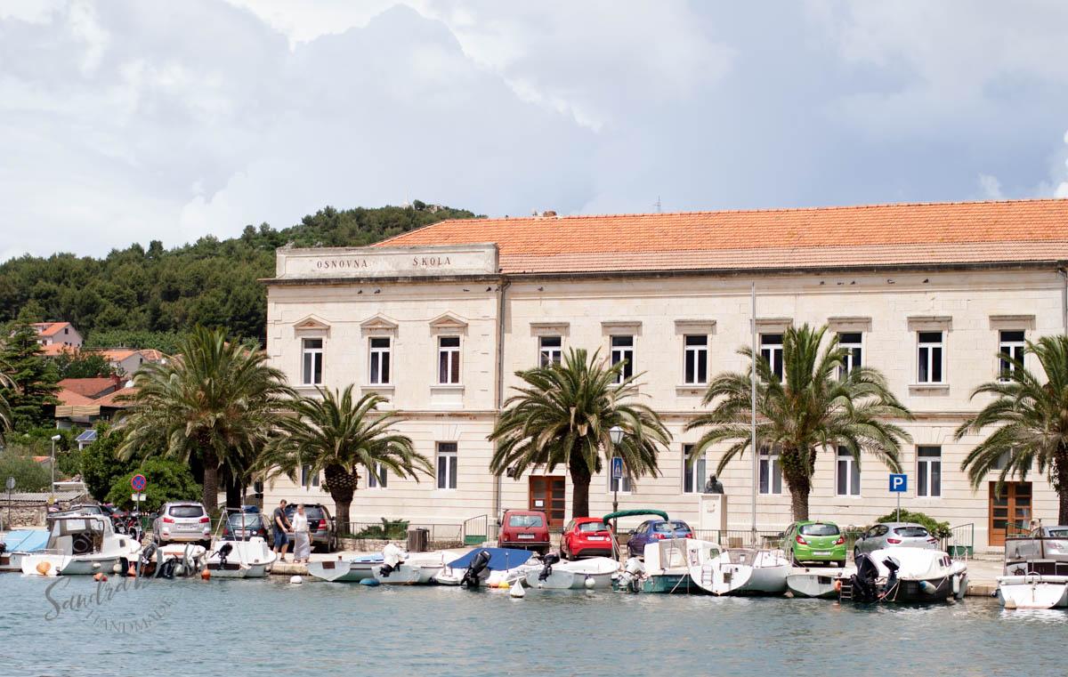 Sandra Dirks - Stari Grad Hvar altes Schulgebäude am Hafen