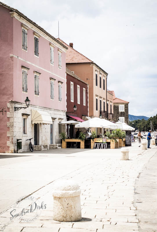 Sandra Dirks - Stari Grad Hvar Beginn der Hafenpromenade