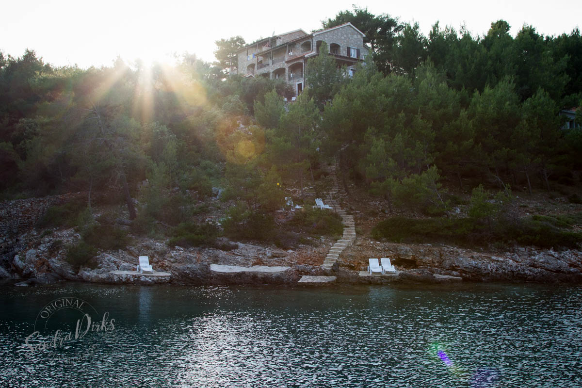 Sandra Dirks - Vila Rosa Hvar Badebucht Sonnenliegen und Blicks aufs Haus